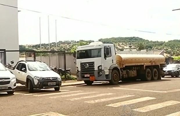 Caminhão-tanque que seria usado nos furtos foi apreendido pela polícia, em Jataí, Goiás (Foto: Reprodução/TV Anhanguera)