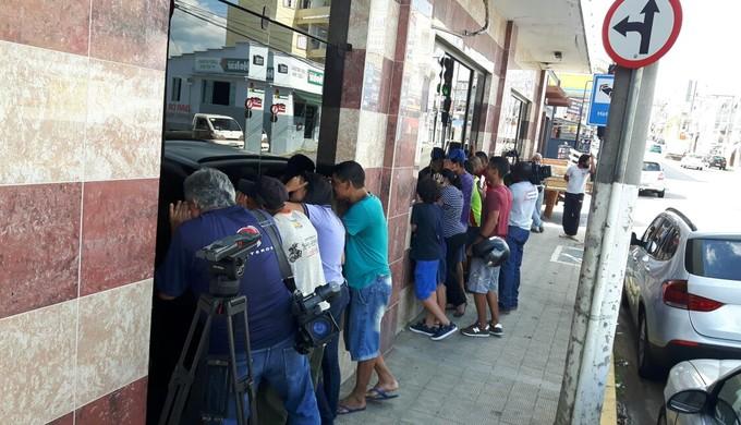 Curiosos se reúnem do lado de fora do hotel do Boa Esporte para ver o goleiro Bruno Fernandes (Foto: Régis Melo)