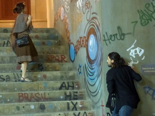 Ladrão segue Cora  (Foto: Império/TV Globo)