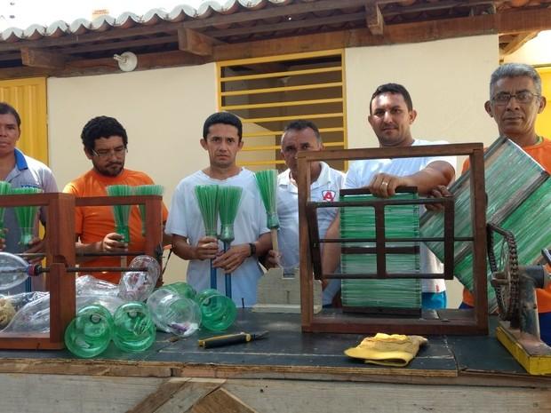 Presos trabalham na produção de vassouras no CDP de Apodi e reduzem pena (Foto: Márcio Moraes)