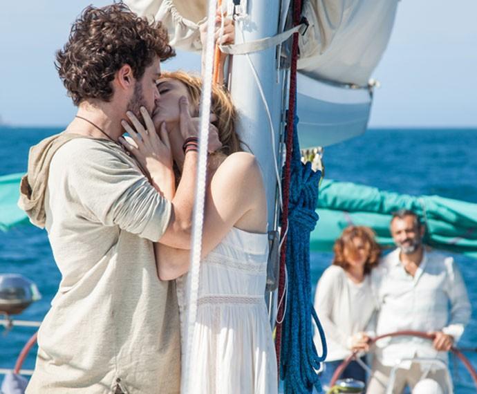 Pedro e Júlia não resistem à paixão e se beijam com tudo (Foto: Fabiano Battaglin/Gshow)