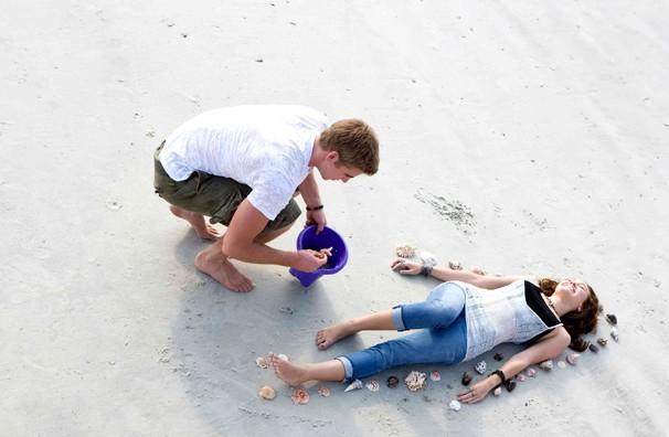 Liam Hemsworth contorna Miley Cyrus de conchinhas do mar em 'A Última Música' (Foto: Divulgação)