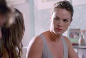Monique fica sem reação com acusação de Alina (Foto: TV Globo)