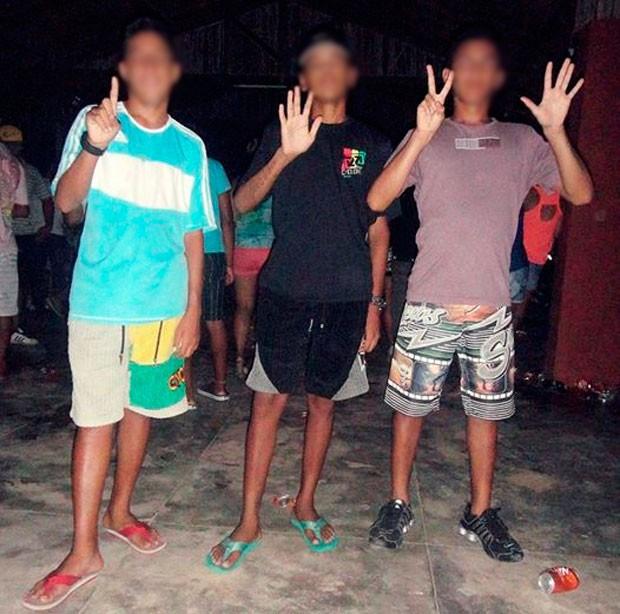 Rapazes usam os dedos para fazer a sequência numeral '1', '5' e '7', que representa o código penal 157 para crime de assalto à mão armada.  (Foto: Divulgação/Polícia Civil do RN)