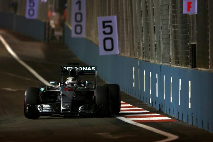 "Ansioso para igualar recordes do ídolo Senna, Lewis Hamilton foi ""apenas"" o 4º mais rápido no segundo treino (Foto: Getty Images)"