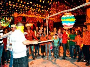 Pessoas de todas as idades participam de brincadeiras em Piatã (Foto: Daniel Mazzei/Arquivo Pessoal)