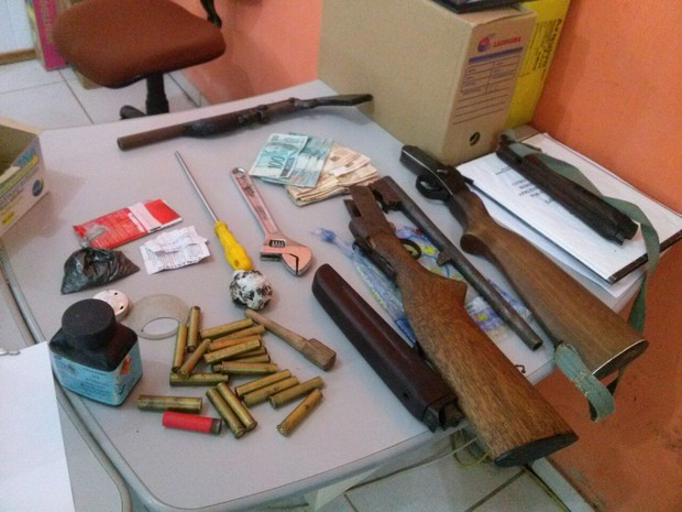 Junto com suspeitos, PRF-AC encontrou armas, dinheiro e produtos de roubo (Foto: Divulgação/PRF-AC)