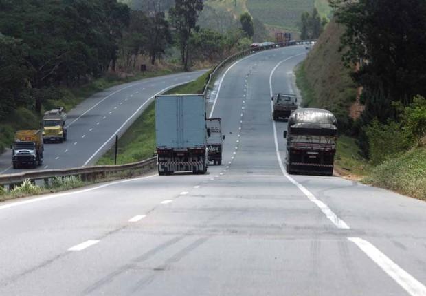 Caminhões no acostamento da rodovia; estradas; roubo de carga;  (Foto: Agência O Globo)