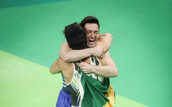 Diego Hypólito e Arthur Nori, na Arena Olímpica do Rio. Os brasileiros conquistaram a prata e o bronze (Foto: Ricardo Nogueira / ÉPOCA)