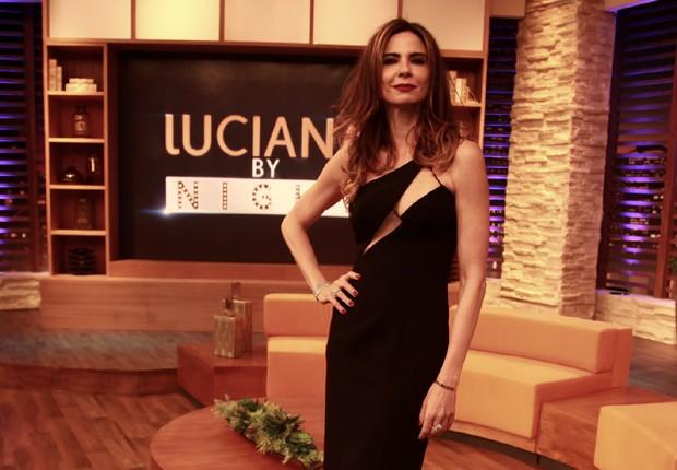 Apresentadora posa no cenário do 'Luciana by night' (Foto: Marcos Ribas/BrazilNews)