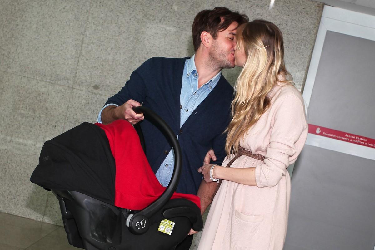 Carol Trentini deixou a maternidade acompanhada do marido (Foto: Manu Scarpa/ Foto Rio News)