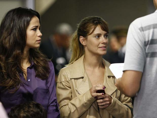 Nanda Costa e Carolina Dieckmann gravam cenas em aeroporto (Foto: Salve Jorge / TV Globo)