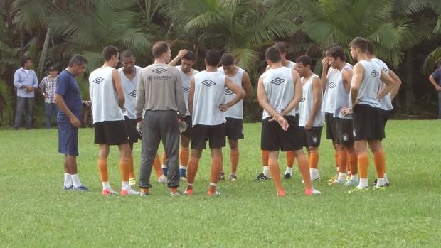 Flávio Araújo conversou com os jogadores do Remo no centro do gramado (Foto: Gustavo Pêna)