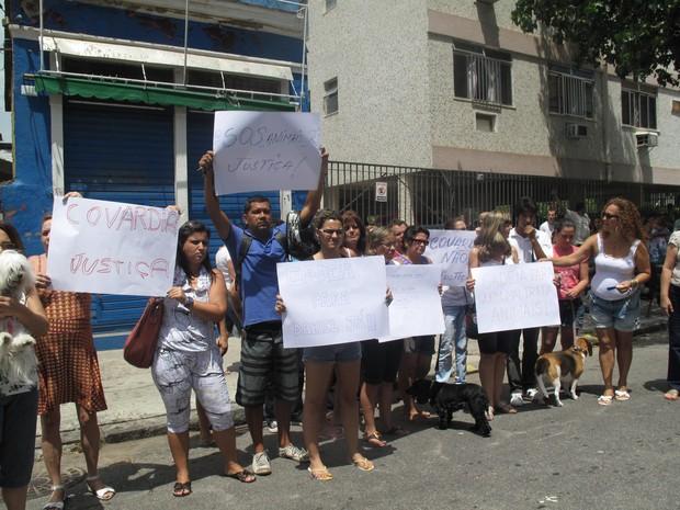 Protesto contra maus tratos aos animais na porta do pet shop Quatro Patas (Foto: Alba Valéria Mendonça/ G1)