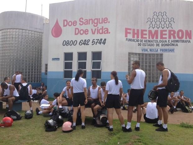 Alunos aguardam a vez para doar sangue (Foto: Ivanete Damasceno/G1)