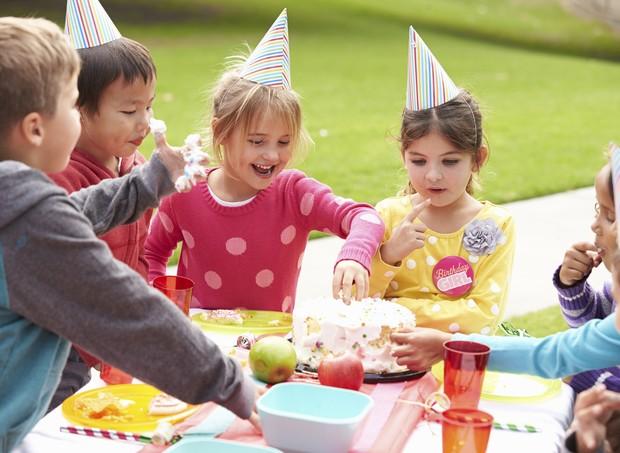 Festa de aniversário ao ar livre com crianças (Foto: Thinkstock)