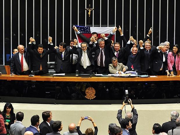 Deputados comemoram no plenário a aprovação em segundo turno da ampliação até 2073 dos incentivos fiscais da Zona Franca de Manaus (Foto: Gustavo Lima / Agência Câmara)