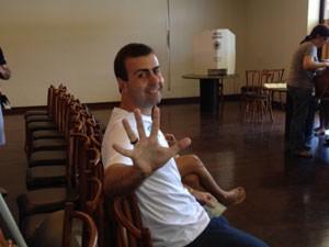 Candidato do PSOL aguarda hora de ir até a urna (Foto: Paulo Mauricio Costa/G1)