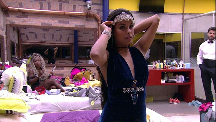 Bela! Com vestinho meio azulado, Munik é puro charme e beleza (Foto: TV Globo)