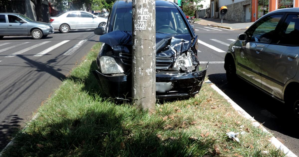 Acidente envolvendo 4 veículos deixa trânsito lento na Av ... - Globo.com