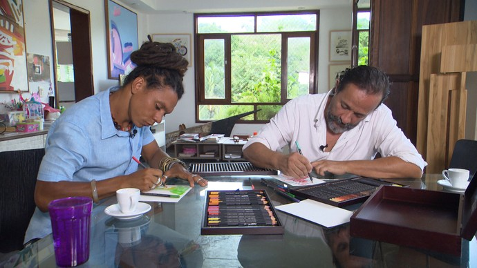 Eder Muniz e Bel Borba desenham durante bate-papo (Foto: TV Bahia)