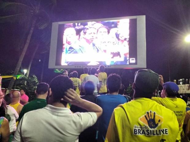 Manifestantes em Maceió acompanham votação de deputados alagoanos no telão instalado na Ponta Verde (Foto: Lucas Leite/G1)