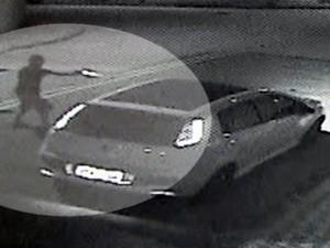 Imagens mostram comerciante que seria assaltado atirando contra criminosos em Cubatão, SP (Foto: Reprodução/TV Tribuna)