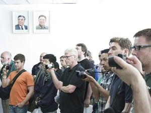 Turistas tiram foto em atração dentro da zona desmilitarizada na Coreia do Norte (Foto: Gabriel Prehn Britto/Arquivo pessoal)
