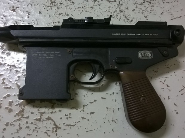 Réplica de Submetraladora encontrada com os suspeitos  (Foto: Divulgação/Polícia Militar)