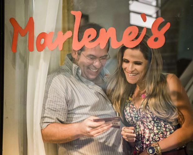 Genésio ganha presente inusitado de Marlene (Foto: Tata Barreto / TV Globo)
