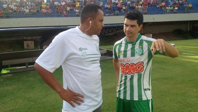 Meia atacante Anaílson do Tocantinópolis conversa com técnico Neto Costa sobre jogo contra o Palmas no Nilton Santos (Foto: Camila Rodrigues/GloboEsporte.com)