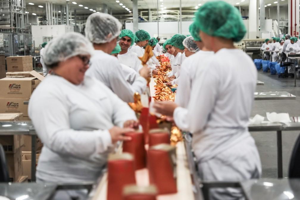 Toque final: trabalhadores embalam ovos de Páscoa, em Extrema (MG) (Foto: Fábio Tito/G1)