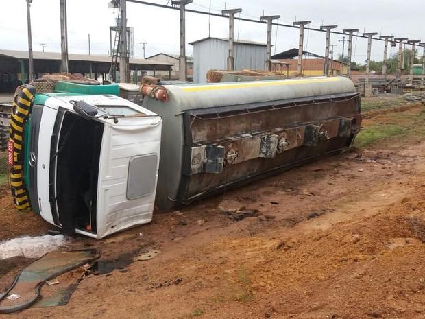 Caminhão tombou na AP-010, em Santana (Foto: Abinoan Santiago/G1)