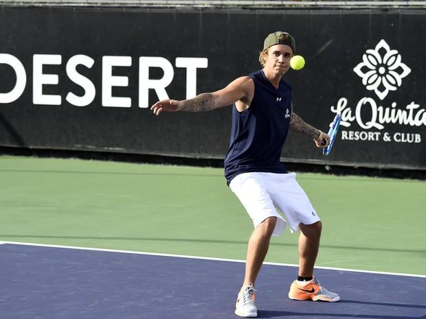 Justin Bieber joga tênis em evento beneficente na Califórnia, nos Estados Unidos (Foto: Frazer Harrison/ Getty Images/ AFP)