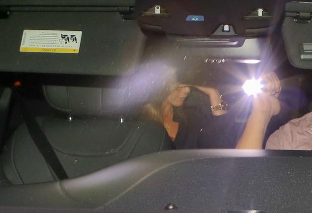 X17 - Jennifer Aniston dentro do carro (Foto: X17 / Agência)