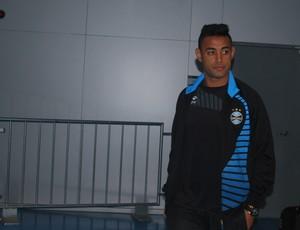 Werley se encaminha a a vestiário do Grêmio na Arena (Foto: Hector Werlang/Globoesporte.com)