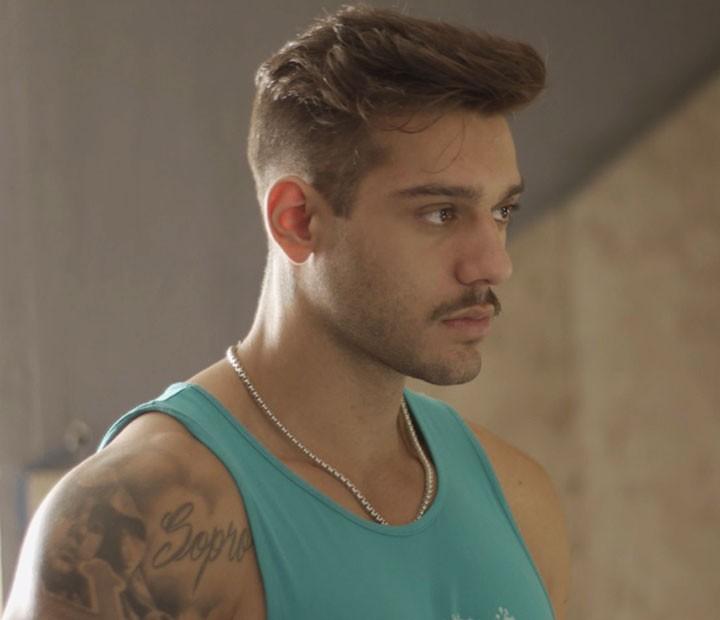 Uood fica sem graça depois que Alina diz que ele é pau mandado de mãe (Foto: TV Globo)
