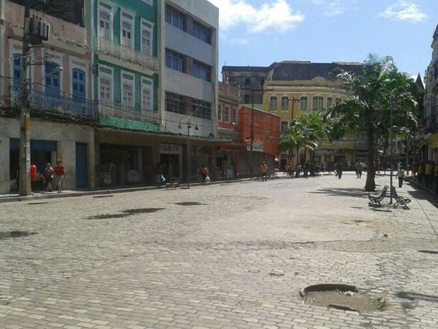 Comerciantes da Rua do Rangel fecham as portas diante do boato de arrastão. Centro está vazio.  (Foto: Vitor Tavares / G1)