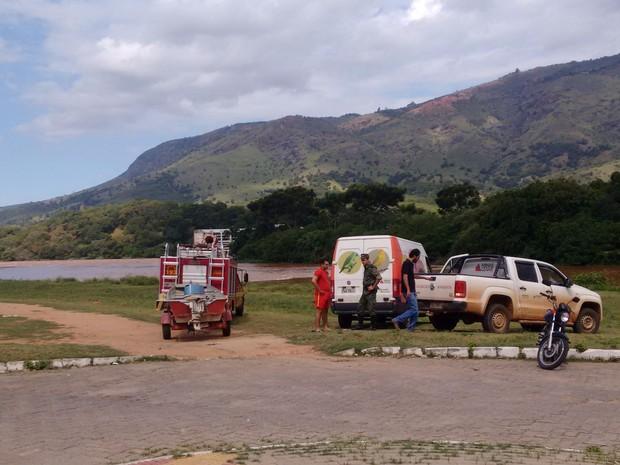 Técnicos fizeram amostras de água no Rio Doce  (Foto: Zana Ferreira/G1)