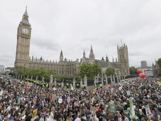 Milhares de pessoas protestam contra políticas de austeridade em Londres, no sábado (20) (Foto: Foto AP/Tim Ireland)