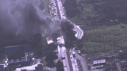 Manifestantes bloqueiam ruas do Recife e estradas em Pernambuco