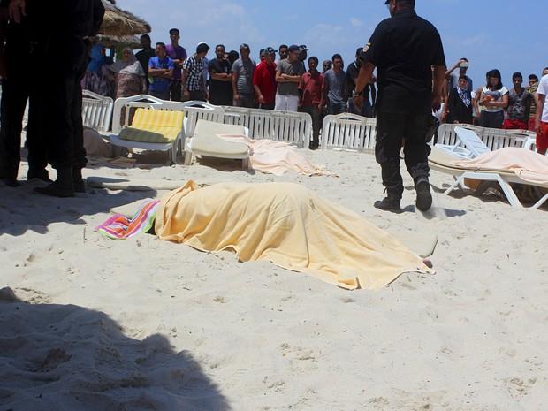 Corpos de turistas mortos a tiros por um atirador perto de um hotel à beira-mar em Sousse, na Tunísia. Pelo menos 27 pessoas, incluindo turistas estrangeiros, morreram quando pelo menos um atirador abriu fogo no local (Foto: Amine Ben Aziza/Reuters)
