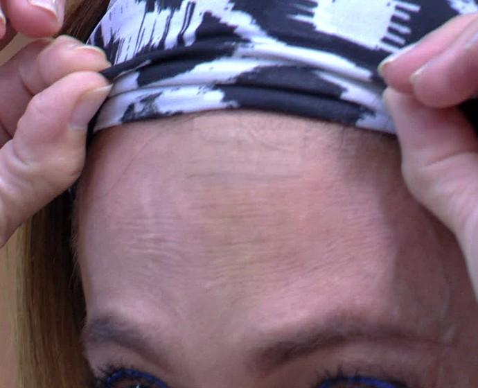 Cissa mostrou o curativo do ferimento no 'É de Casa' (Foto: TV Globo)