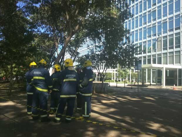 Bombeiros isolaram Ministério da Cultura na manhã desta sexta-feira (21), após ameaça de bomba (Foto: Gabriella Julie/G1)