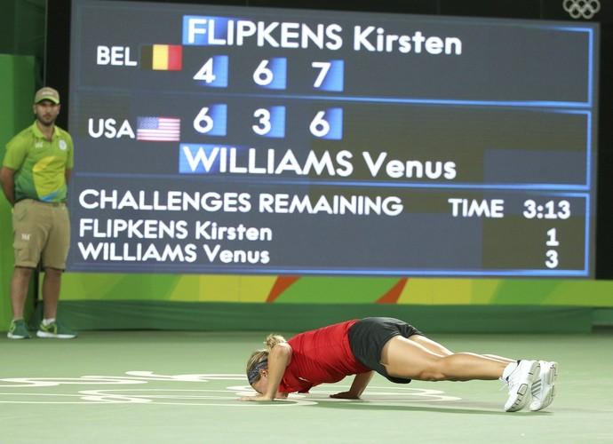Kirsten Flipkens beija a quadra após vitória contra Venus Williams (Foto: Reuters)