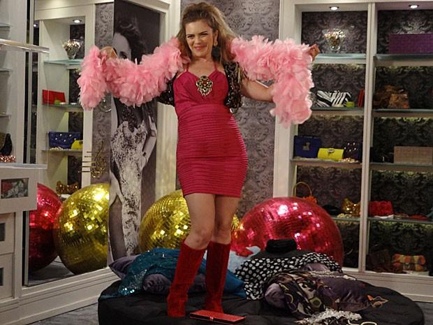 Socorro faz a festa no closet de Chay (Foto: Cheias de Charme / TV Globo)