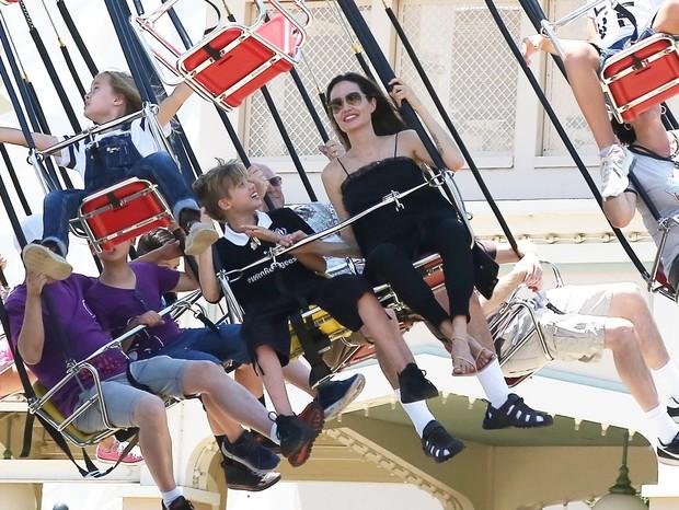 Angelina Jolie curte parque da Disney com as filhas