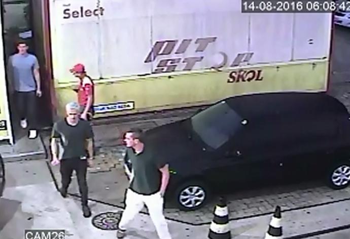Frame Ryan Lochte no posto de combustíveis (Foto: Reprodução / TV Globo)