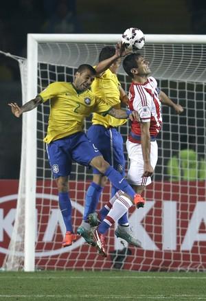 Thiago Silva pênalti Brasil x Paraguai (Foto: AP)