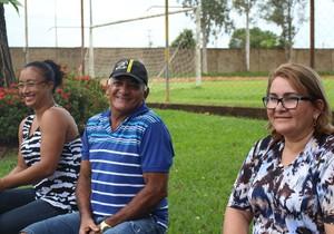 De blusa azul à direita, Dona Júlia Albuquerque, mãe do atacante do R1 (Foto: Daniele Lira)